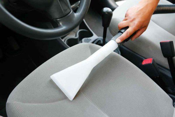sprzątanie i odkurzanie samochodu
